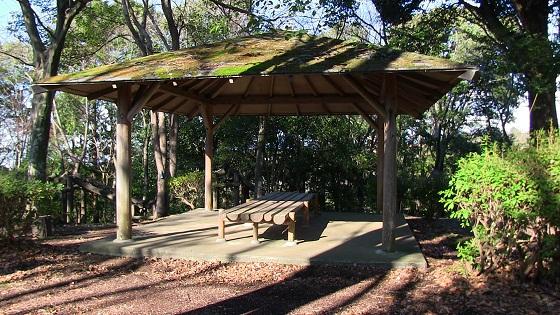 木製屋根付き休憩スペース