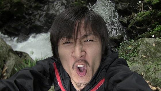 滝上での表情
