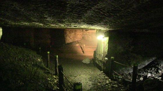 洞窟内のライト