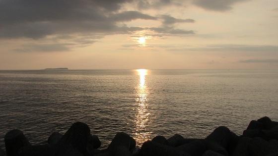 朝日×海岸沿い