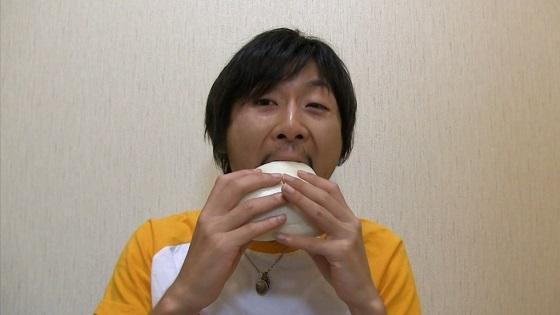 みしまコロッケぱんを食べている画像