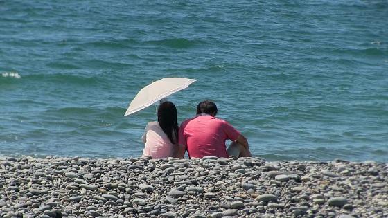 カップルの海デートの様子