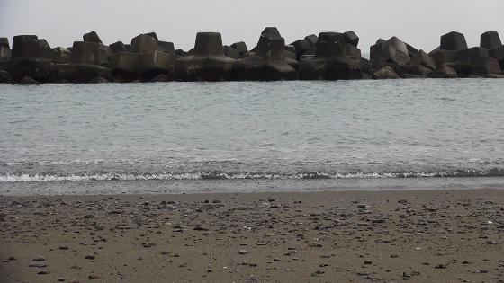 沖の方に見えるテトラポッド(消波ブロック)