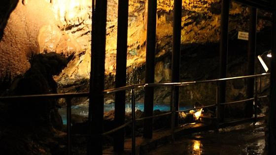 鍾乳洞内の水中ライトアップ(1)
