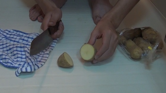 ジャガイモをカット