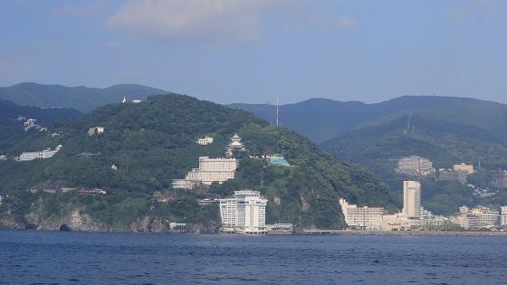 船上からの海景色と熱海の街並み(1)