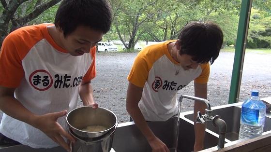 水道・洗い場で米研ぎと野菜洗い