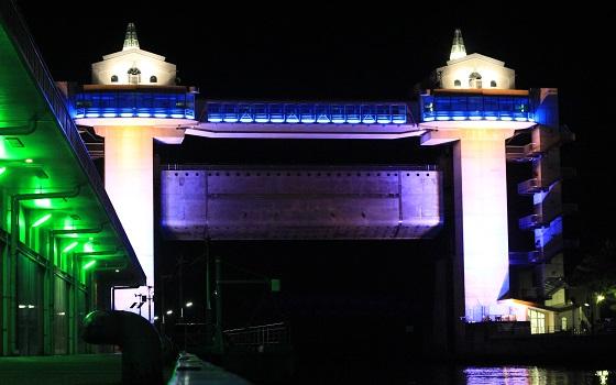 沼津港から見たびゅうおの夜間ライトアップ