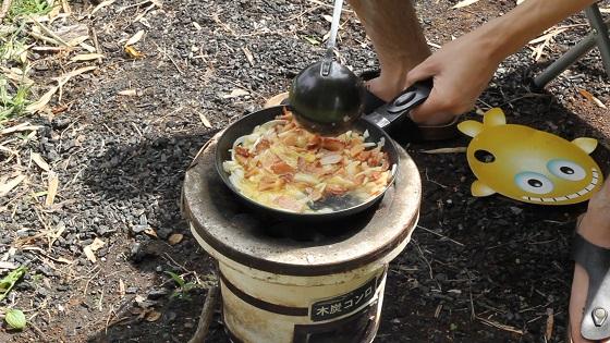 卵・刻んだ具材をフライパンで炒める