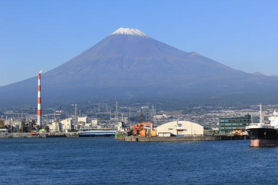 田子の浦から見える日中の富士山