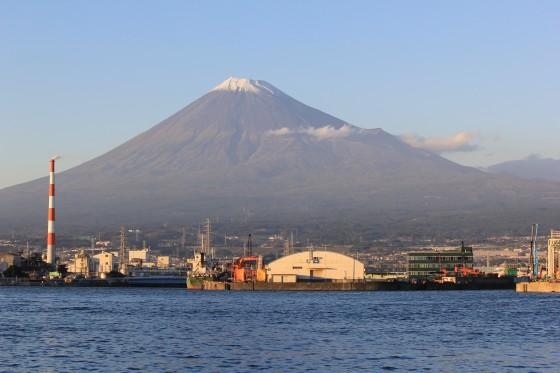 田子の浦から見える夕暮れの富士山
