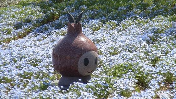 花畑の中のキャラクター